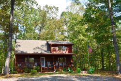 FIREFLY:  3BR/2BA, Hot Tub, Fire-Pit, Gas Grill, Gas Log Fireplace, WiFi, Motorcycle Friendly, Pet-Friendly, Screened Porch, Secluded, Wooded View, Starting at $132 a night!