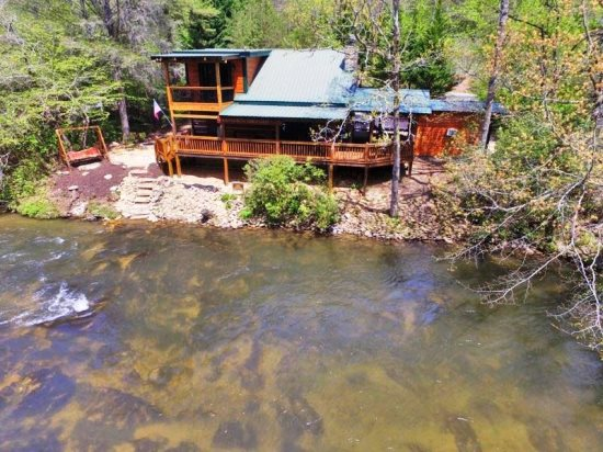 TOCCOA RIVER LOG CABIN  3BR/2BA,AUTHENTIC DOVE TAIL CABIN ON THE TOCCOA  RIVER, ACCESS TO GREAT TROUT FISHING, TUBING, AND KAYAKING JUST STEPS FROM  CABIN, ...