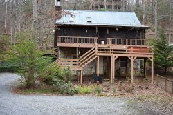 CREEKSIDE COVE: 2BR/2BA Awesome Cabin On Creek, Sleeps 8, Hot Tub, Gas Grill, Large Fenced Yard For Pets, Wifi, Screened Porch, Gas Log Fireplaces, And Pet Friendly! Starting At $150/night!