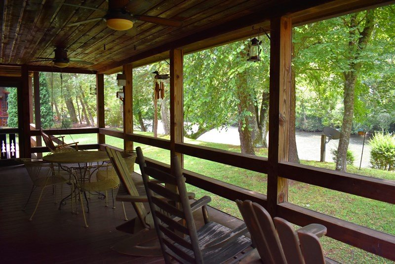 TOCCOA RIVER RETREAT  3 BR/2 BA CABIN WITH DOCK ON TOCCOA RIVER,