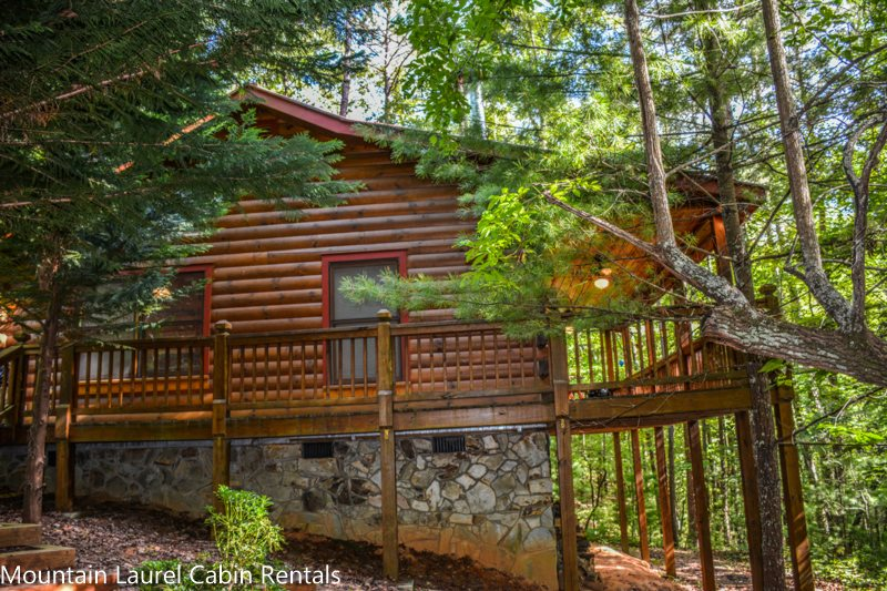 BEAR HUG CABIN  2BR/1BA  CABIN SLEEPS 4, LOCATED WITHIN WALKING DISTANCE OF  CHERRY LAKE AND THE BENTON MACKAY TRAIL! 14FT MAD RIVER CANOE, WIFI, ...