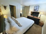 Mammoth Vacation Rental - Heritage Condominium 207 - Master bedroom with flat screen TV