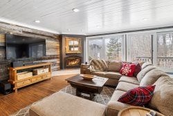 Large Family home with Hot tub, pool table and Direct Views of Gondola trails.