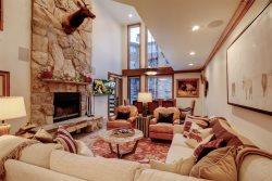 Ski-In/Ski-Out 3-Bedroom With Hot Tub and Fireplace