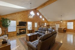 SUNNY WOODS CABIN - 2 BR 2 BA Cabin in Wooded Acreage - only 7 miles from downtown Helen, GA