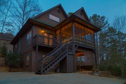 Woodland Lodge - Spacious rustic family retreat with hot tub and fire pit minutes from downtown Helen