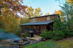 Bear's Den - Cozy rustic cabin with hot tub, fire pit, & table tennis near Unicoi State Park