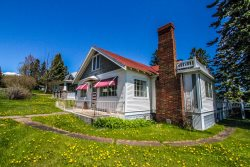 Superior Overlook is an extraordinary old-fashioned house that offers peace and tranquility in Grand Marais.
