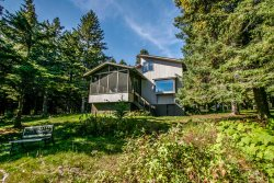 Towering Pines is a comfortable home in Lutsen on Lake Superior with a screen porch and beautiful shoreline.