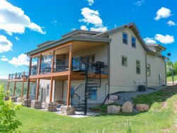 Sunrise Retreat Cabin- Spectacular views and spacious living areas with Wi-Fi, gaming systems and more!