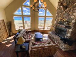 Lunt Lodge with large grassy area, hot tub and amazing views!