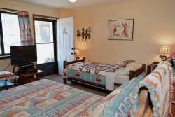 Aspen West Studio Condo #4 - In Town, Free WiFi, Cable, On Main Street