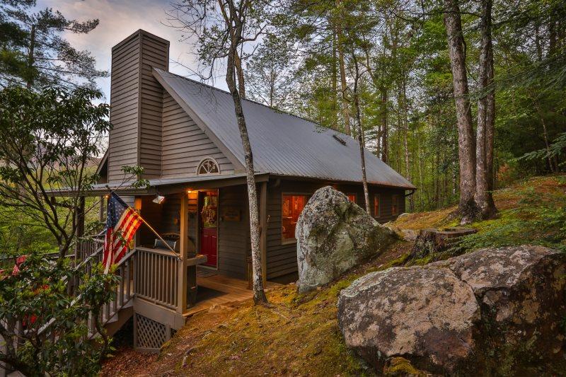 Blue Sky Cabin Rentals: Bear Rock Lodge on 3 acres