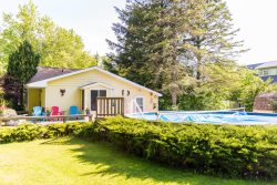 Goldfinch Cottage - Pool and just steps away from the beach