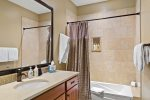 Tramontana 1 - Guest bathroom with shower/tub combo