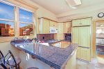 Livery 2B - Kitchen with granite counters, breakfast bar