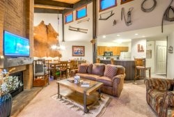Top Floor With Vaulted Ceilings Next To Skiing, Shops And Restaurants