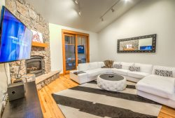 Contemporary Luxury in The Heart Of Ski Town USA! Private Hot Tub!