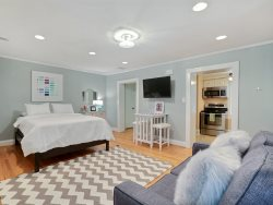 Perfect Getaway for 2 On Jones St in the Heart of Downtown