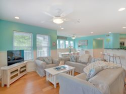 Wonderful Tybee Home. Located on the South End of the Island. A short 2 min Walk gets you to the Beach