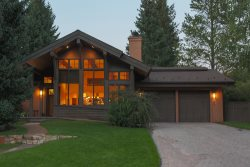 Edelweiss Residence- Elegant Comfort with A/C, 5 minutes to Lifts, Walk to Downtown Ketchum