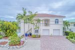 Angler & Ale ~ 4 Bedroom, 3 Bath Upscale Pool Home - Near The Beach