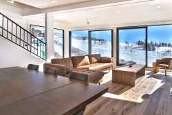 Chic Ski-in/Ski-out Home Featuring Apres Ski Bar and Roof-Top Hot Tub