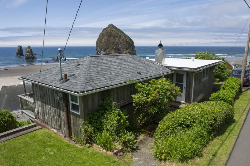 2 Bedroom 1 Bathroom Dog Friendly Home South Of Mid Town Cannon Beach Has Spectacular View Haystack Rock Sleeps 4