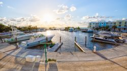 Breathtaking harbor and ocean view! Room for the whole family! 131 Mariners Club Key Largo