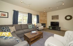 Downtown Pet Friendly Bend Oregon Vacation Rental Hot Tub on Lexington Avenue, Air Conditioning, sleeps 10