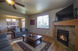 Quiet Pet Friendly Home, Bend Oregon Vacation Rental, Free WiFi, Air Conditioning, Fireplace, Large Fenced Yard