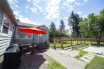 Pet Friendly fenced back yard with yard games, sleeps 6 Barbeque Outdoor dining