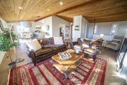 Panoramic Views, Absolutely Gorgeous Five Bedroom Vacation Home, Minutes to Downtown Bend Oregon, sleeps 12, Pet Free!