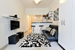 Newly Remodeled quiet studio apartment located in Copacabana posto 6 walking distance to Ipanema