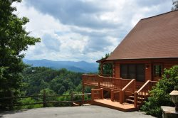 Sky Cove Retreat - Gorgeous Log Cabin with Spectacular View, Hot Tub, & Jetted Bath Tub - Minutes from Rafting, Restaurants, and the Great Smoky Mountains Railroad
