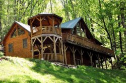 Bear Moon Lodge - The Mountain Experience to Remember - Seclusion, Convenient Location, Wi-Fi, and a Pool Table