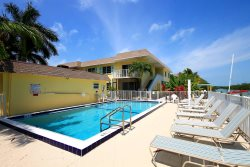 COCO PALM - Adorable Condo with Screened Patio, Courtyard View, and Community Pool, *Boat Slip Available* PLR2016-00384