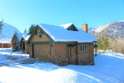 Mountain cabin with modern luxuries. Perfect for large families or groups.