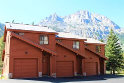 Enjoy the High Sierra in this beautifully decorated vacation condo located between Gull Lake and Silver Lake.