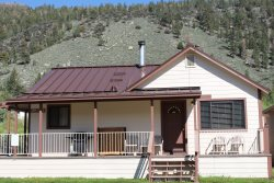 Cozy cabin just a very short distance from June Lake, pet friendly