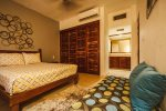 Master Suite with Queen Bed en en suite bathroom