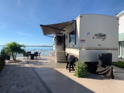 Gorgeous Riverfront Lot Accomodates up to 45ft RV WIFI