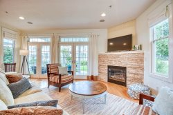 Aqua Essence: Upscale Condo with Swimming Pool and Harbor Views in Downtown Saugatuck