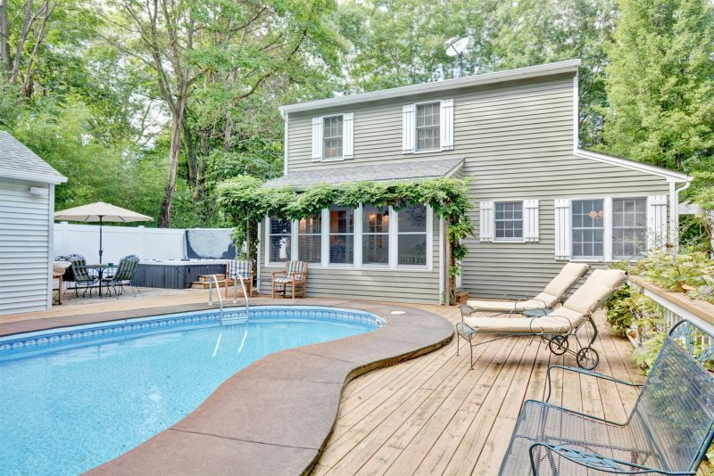Mill Pond Realty - Vacation Rentals - Poolside