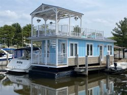 Floating Cottage- Resort style Amenities, water views and Pool