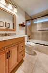 Master bathroom - en-suite full tub and shower