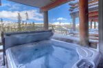 Breathtaking Views/new private outdoor hot tub/luxury at its best.