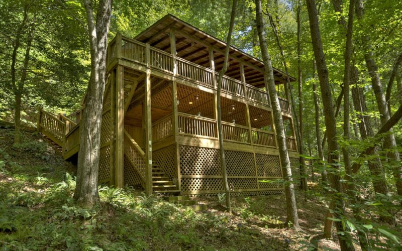 Lil Beaver  Blue Ridge, GA   Waterfront  Outdoor Living Area  $99 Per Night