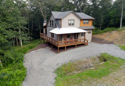 Chic On The Creek- Luxury cabin 3br/2.5 ba, Hot Tub- Wifi- Indoor and Out door fireplace