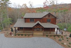 Hooch Holler- Luxury cabin, wifi, foosball table and Hot tub!